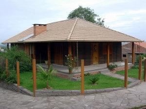 casa de madeira com jardim 300x225 - casa de madeira com jardim
