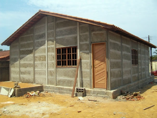 casa modular feita em concreto armado, ainda em construção.